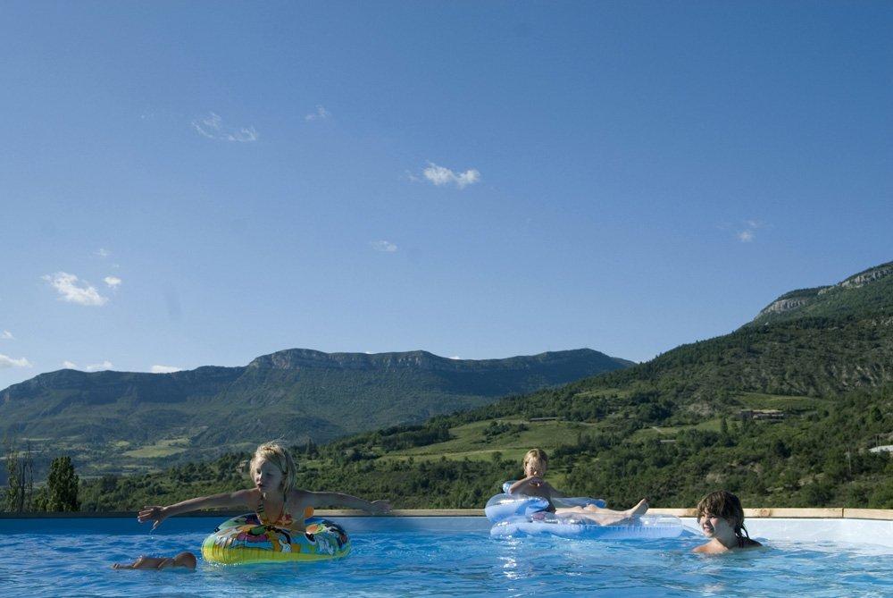 Piscine avec vue sur les montagnes de l'Eyriau (R-Etienne)